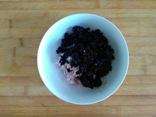 三合面粉混搭紫米鲜肉饼(烤箱),倒入紫米饭