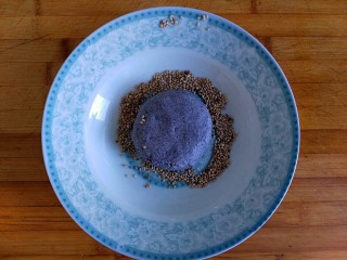 三合面粉混搭紫米鲜肉饼(烤箱),全部包好,压扁后放事先准备好的盘子里两面都粘好芝麻