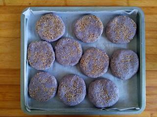 三合面粉混搭紫米鲜肉饼(烤箱),粘好放入烤盘摆放好(有点不整齐哈)