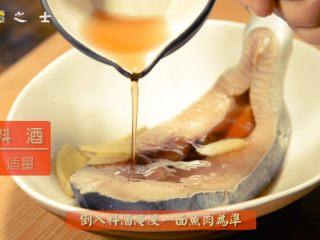 没有椰子的椰香马鲛鱼,加入姜片和料酒,腌制20分钟左右
