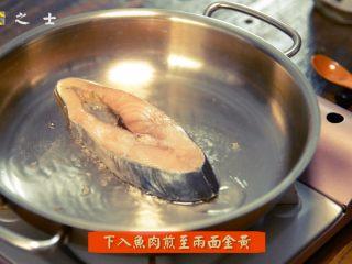 没有椰子的椰香马鲛鱼,锅热后,放入马鲛鱼小火慢煎