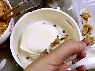咸蛋黄糯米烧卖,用虎口慢慢收口