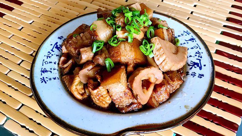 笋干烧五花肉,笋干烧五花肉做好了,五花肉鲜香软糯,笋干鲜嫩爽滑,配上一碗米饭,妥妥滴了!