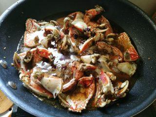 吮指香辣螃蟹,加入盐,冰糖,倒入清水没过蟹脚。