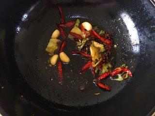 卤五花肉 中餐厅版本,将爆香过后的材料倒入锅中