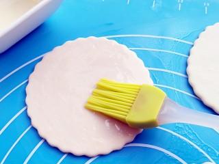 蒸荷叶水洛馍,单饼每一张都要刷上一层油。