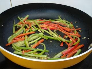 醋溜土豆丝,倒入青红椒翻炒至快熟。