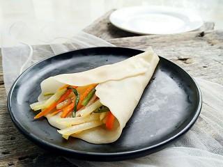 蒸荷叶水洛馍,洛馍按照自己的口味任意卷菜!
