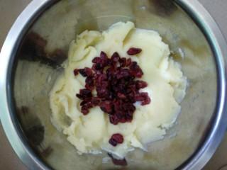 蔓越莓土豆月饼,放入蔓越莓。