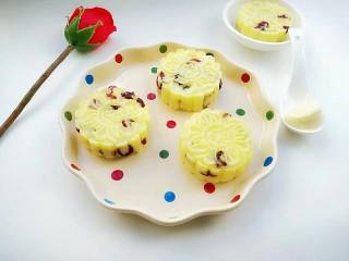 蔓越莓土豆月饼,放凉,轻轻取出装盘。