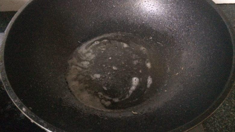 茄汁大虾🦐,倒出多余油,留取适量