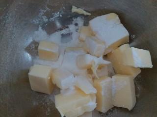 #曲奇菜谱秀#抹茶曲奇,软化好的黄油加入三分之一的糖粉,用电动打蛋器打均匀