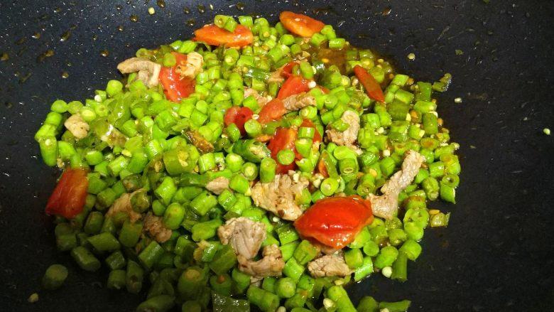 豆角煲仔饭,锅内下入植物油,把青椒的、瘦肉、<a style='color:red;display:inline-block;' href='/shicai/ 3551'>西红柿</a>下锅炒至8成熟备用。