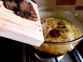 红糖姜膏,古方红糖切碎加入锅中