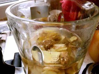 红糖姜膏,加水放入料理机中