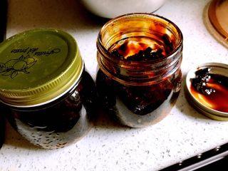 红糖姜膏,装入瓶中(大约得到了500g的红糖姜膏)