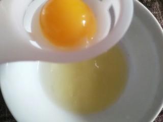 菠萝咕咾肉,准备一个蛋清
