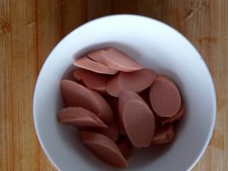 火腿肠炖土豆,火腿肠切成片。