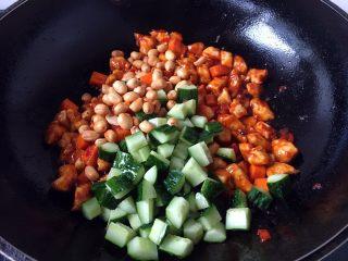 宫保鸡丁,再放入黄瓜和花生米,翻炒均匀。