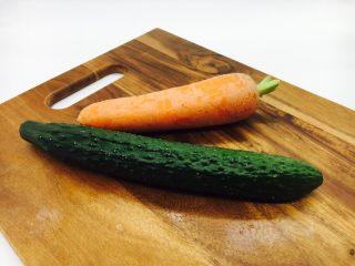 宫保鸡丁,配菜:黄瓜和胡萝卜