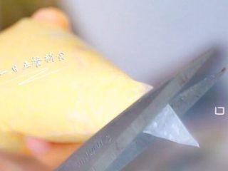 鸡肉玉米芝士肠 宝宝营养辅食,芝士+蛋清,口稍微大剪一点。如果口太小,没彻底打碎的颗粒会造成交通阻塞。