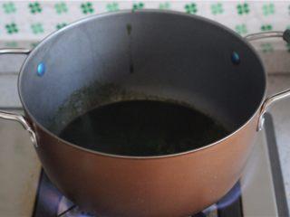 红薯叶绿豆糕,将过滤后的汁放入奶锅,煮开放凉