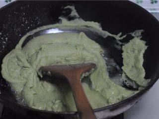 红薯叶绿豆糕,取出放入炒锅不停地翻炒,将水汽蒸发掉
