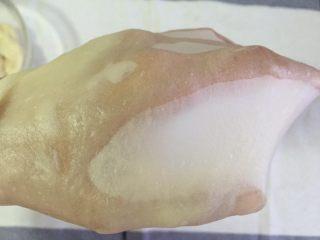 蛋黄千层酥,把面揉到可以出膜即图片中的这种手套膜即可