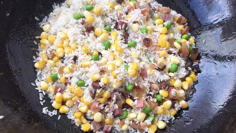 土豆腊肉焖饭,继续翻炒,让腊肉与米饭香味融合!