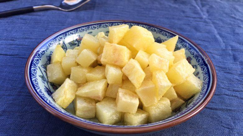 土豆腊肉焖饭,捞起来控干油分放盘中待用。