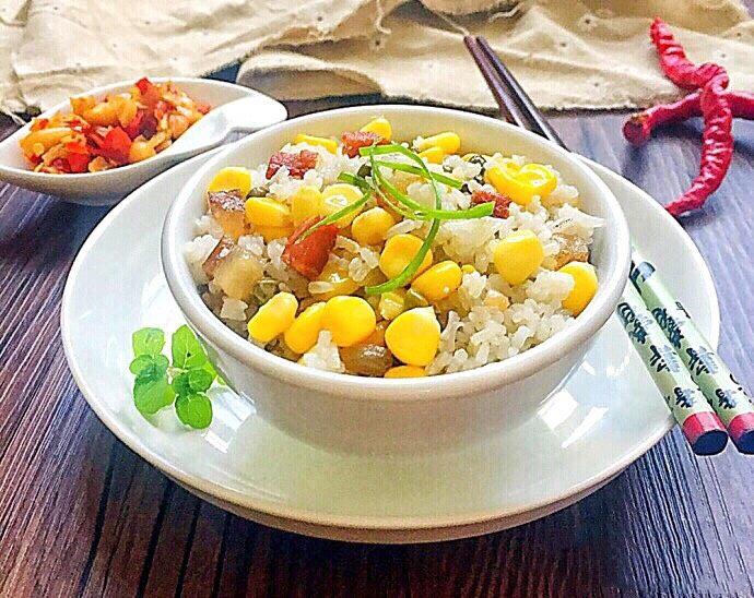 土豆腊肉焖饭,20分钟后,电饭锅跳到保温,就可以开锅食用!如果看到上层米饭没有熟透,可以用勺子搅拌一下,继续保温5~10分钟即可!