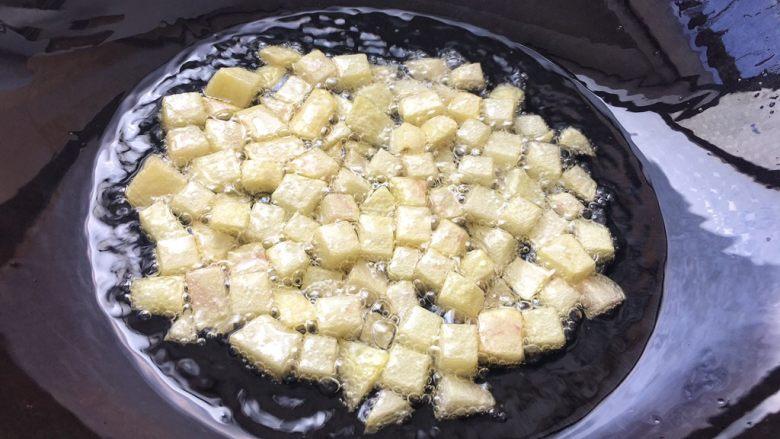 土豆腊肉焖饭,慢慢炸至金黄色,外皮酥脆即可。