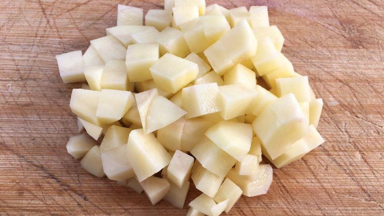 土豆腊肉焖饭,用刀切成小块方便食用。