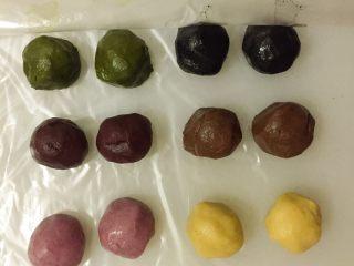 蛋黄千层酥,将6种口味油酥每个平均分2个,盖保鲜膜待用。