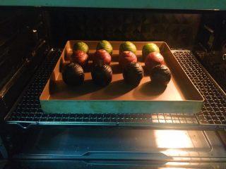 蛋黄千层酥,我分两次烤,每次是三种颜色共12个,刚好烤两盘。烤箱上下火160度,中下层烤30分钟,不会上色,颜色很漂亮,如果烤箱温度不稳定的朋友怕上色,最后十分钟可以加盖锡纸。