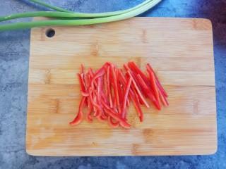 爆炒腰花,红尖椒也切细丝备用