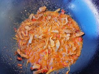 爆炒腰花,翻炒一会儿,把豆瓣酱的红油炒出