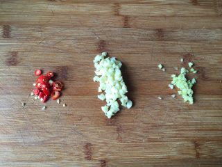 肉末茄子煲,生姜、蒜瓣、小米椒切末备用;