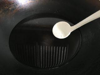 肉末茄子煲,锅内倒入适量水,加入适量盐煮开;