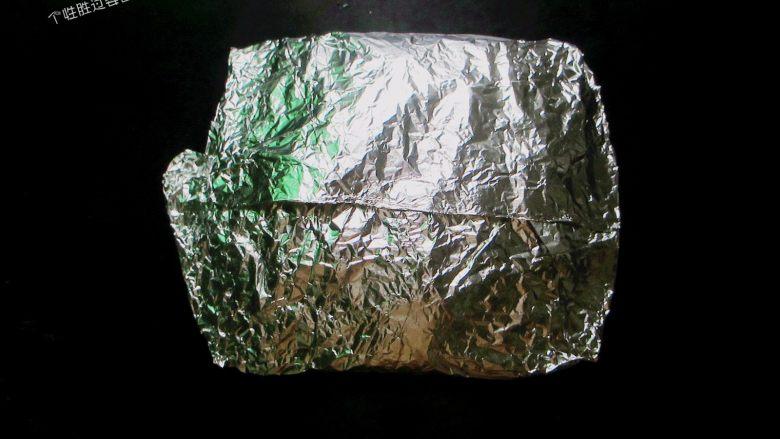 盐焗锡纸金针菇,用筷子搅拌均匀,把锡纸叠成一个封闭的盒子