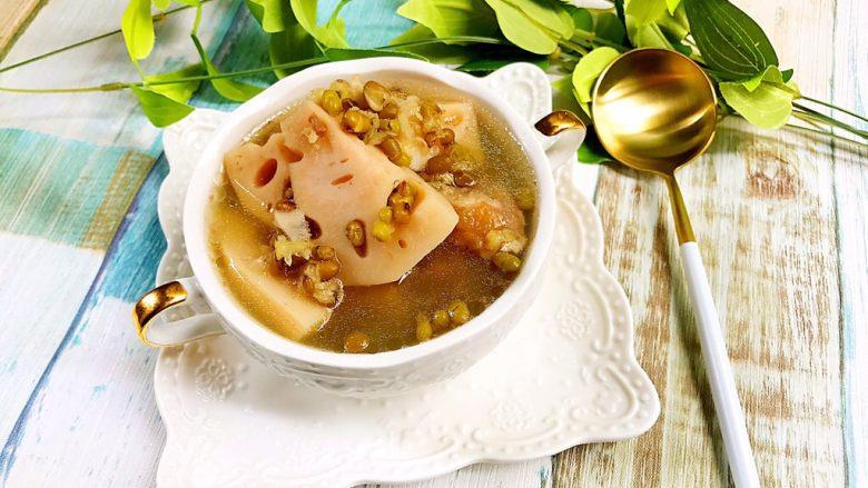 绿豆莲藕筒骨汤,绿豆酥烂,莲藕软糯,汤水清甜……