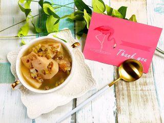 绿豆莲藕筒骨汤,起锅前加入适量盐调味。这个季节的莲藕很甜,我没有放盐也很好喝^_^