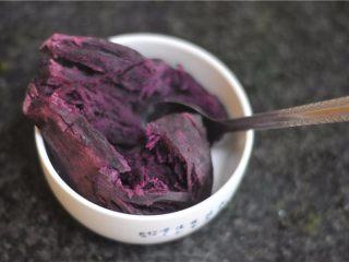 紫薯芒果慕斯杯,紫薯蒸熟后用勺子压成泥