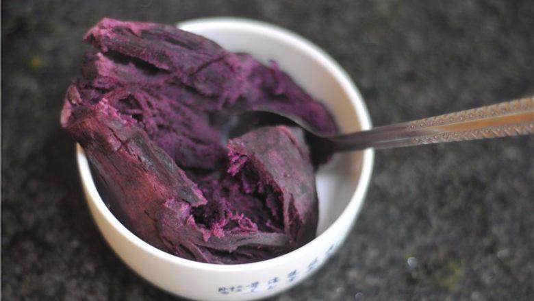紫薯芒果慕斯杯,<a style='color:red;display:inline-block;' href='/shicai/ 2643'>紫薯</a>蒸熟后用勺子压成泥