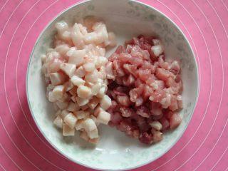 豆角(肉)焖面,猪肉切成小丁,肥瘦分开,肥肉丁用来炒出油,若想吃大块肉,瘦肉部分可切大一点。