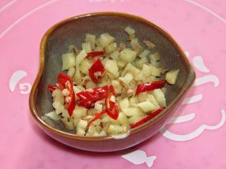 豆角(肉)焖面,姜切丁,干辣椒切丝。视吃辣程度来放辣椒。