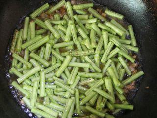 豆角(肉)焖面,将豆角均匀地铺上去。