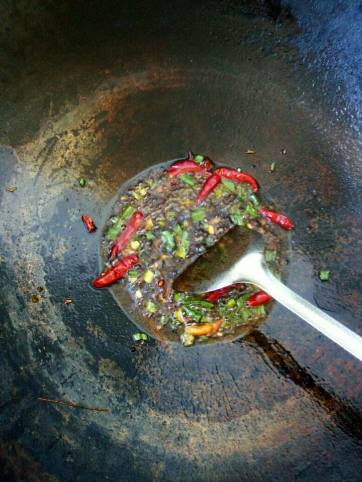 酱炖鲤鱼,在锅中放入适量油,待油热,把葱、姜、蒜、大料、酱、老抽,辣椒放入锅中。