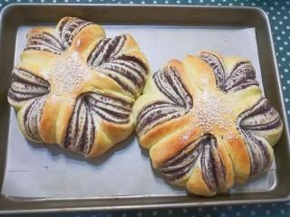 花式豆沙面包,出炉晾凉后就可享用啦!