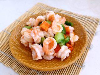 什锦虾仁,什锦虾仁出锅了,漂亮的虾仁,清爽的胡萝卜和黄瓜,清淡又爽口!